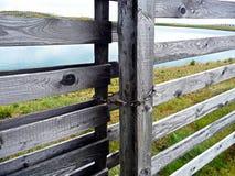 gates trä Sjö utöver porten royaltyfria bilder
