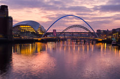 Gateshead e Newcastle no por do sol Fotos de Stock Royalty Free
