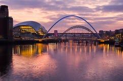 Gateshead en Newcastle bij Zonsondergang Royalty-vrije Stock Foto's