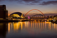 Gateshead et Newcastle au coucher du soleil images stock