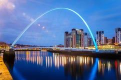 Gateshead-Jahrtausendbrücke nachts lizenzfreie stockfotos