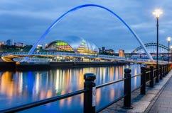 Gateshead milleniumbro över Riveret Tyne i Newcastle på skymning fotografering för bildbyråer