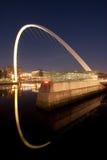Gateshead milleniumbro på natten arkivbild