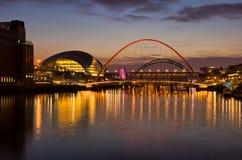 Gateshead y Newcastle en la puesta del sol Imagenes de archivo