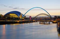 Gateshead y Newcastle en la puesta del sol Foto de archivo libre de regalías