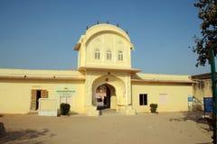 Gateway au composé de palais au fort de Jaigarh, Jaipur Photographie stock libre de droits