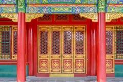 Gateway met rode Chinese deuren stock fotografie