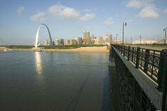 Gatewayboog en horizon van St.Louis, Missouri bij zonsopgang van brug in Oost-St.Louis, Illinois op de Rivier van de Mississippi Royalty-vrije Stock Foto