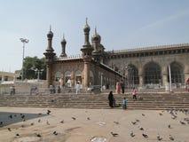 Gather dei musulmani fuori della moschea di La Mecca Immagini Stock Libere da Diritti