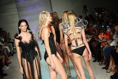 在艺术心脏时尚迈阿密游泳星期期间,模型步行岩石Gathercole跑道的跑道 免版税库存照片