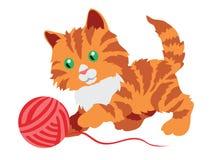 Gatito anaranjado lindo que juega con un ovillo aislado en blanco Imagen de archivo libre de regalías