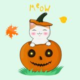 Gatito feliz del kawaii que se sienta en una calabaza de Halloween Postal, etiqueta engomada, impresión en la camiseta y mucha má stock de ilustración