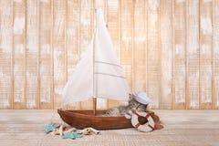 Gatito lindo en un velero con tema del océano Imagenes de archivo