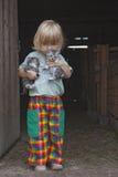 Gatitos de la explotación agrícola del muchacho fotos de archivo libres de regalías