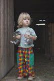 Gatitos de la explotación agrícola del muchacho Fotografía de archivo