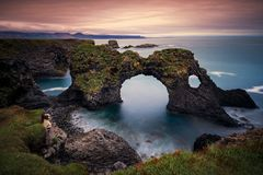 Gatklettur在Hellnar附近的曲拱岩石, Snaefellsnes半岛,冰岛长的曝光  免版税库存图片