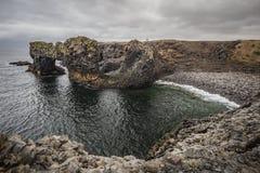 Gatklettur -曲拱岩石在Arnarstapi西部冰岛 库存图片