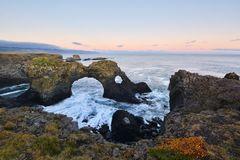 Gatklettur bei Herbstsonnenuntergang, ein Bogen-Felsen in West-Island Lizenzfreie Stockfotografie