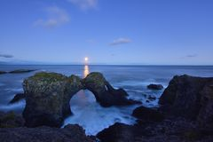 Gatklettur bei Herbstsonnenuntergang, ein Bogen-Felsen in West-Island Stockfotos