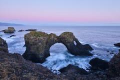 Gatklettur en la puesta del sol del otoño, un ¼ Œ Islandia del oeste de Rockï del arco Imagenes de archivo