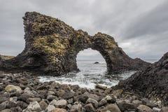 Gatklettur icónico - roca del arco en Arnarstapi Islandia del oeste Imagen de archivo libre de regalías
