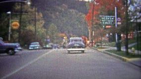 GATLINBURG, ETATS-UNIS - 1954 : Visite de rue principale de la ville connue sous le nom de passage à Great Smoky Mountains clips vidéos