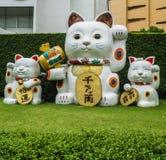 Gato afortunado de Maneki-Neko Japón delante de los grandes almacenes de Ekamai de la entrada, Bangkok imagen de archivo libre de regalías
