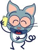 Gato cinzento engraçado que tem o divertimento ao falar em um telefone celular ilustração stock