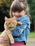 Gato de la chica joven y del animal doméstico fotografía de archivo libre de regalías