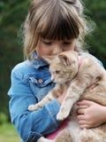 Gato de la chica joven y del animal dom?stico fotos de archivo