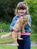 Gato de la chica joven y del animal dom?stico imagenes de archivo