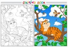 Gato de la historieta del colorante en una rama y pájaros en el cielo Fotos de archivo libres de regalías