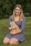 Gato de la muchacha y del animal doméstico Fotos de archivo libres de regalías