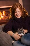 Gato de mimo del adolescente en casa Imagenes de archivo