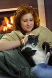 Gato de mimo sonriente del adolescente en casa Foto de archivo libre de regalías