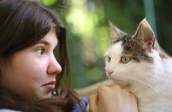 Gato del abrazo de la muchacha de Tteen Imagen de archivo libre de regalías