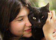 Gato del abrazo de la muchacha de Tteen Fotografía de archivo libre de regalías