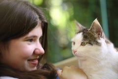 Gato del abrazo de la muchacha de Tteen Foto de archivo libre de regalías