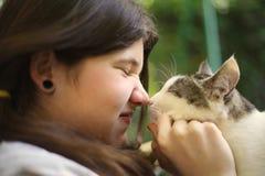 Gato del abrazo de la muchacha de Tteen Imagenes de archivo