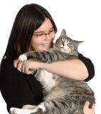 Gato del animal doméstico de la explotación agrícola de la muchacha imágenes de archivo libres de regalías