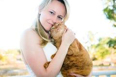 Gato del animal doméstico de la explotación agrícola de la mujer Foto de archivo