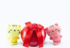 Gato del peluche cerca de la caja de regalo azul roja en el fondo blanco Imagen de archivo libre de regalías
