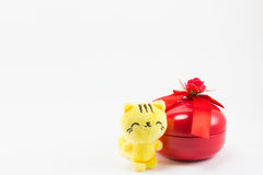 Gato del peluche cerca de la caja de regalo roja en el fondo blanco Fotos de archivo libres de regalías