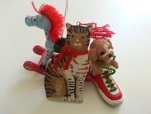 Gato del perro de la Navidad y ornamento del caballo Fotografía de archivo