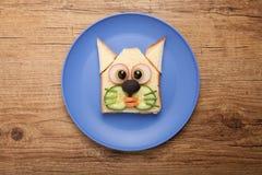 Gato divertido hecho de tostada, de queso y de verduras Foto de archivo libre de regalías