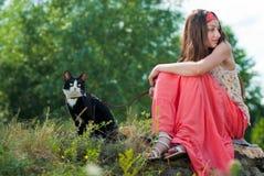 Gato feliz joven de la explotación agrícola del adolescente Fotos de archivo libres de regalías
