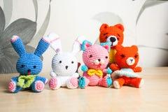 Gato hecho punto del juguete, oso, conejo, liebre, hecha a mano Fotos de archivo libres de regalías