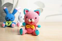 Gato hecho punto del juguete, oso, conejo, liebre, hecha a mano Fotografía de archivo libre de regalías