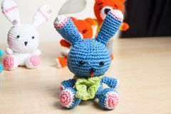 Gato hecho punto del juguete, oso, conejo, liebre, hecha a mano Fotografía de archivo