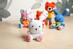 Gato hecho punto del juguete, oso, conejo, liebre, hecha a mano Imágenes de archivo libres de regalías